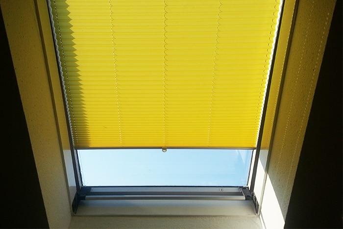 gelbes plissee f r dachfenster. Black Bedroom Furniture Sets. Home Design Ideas